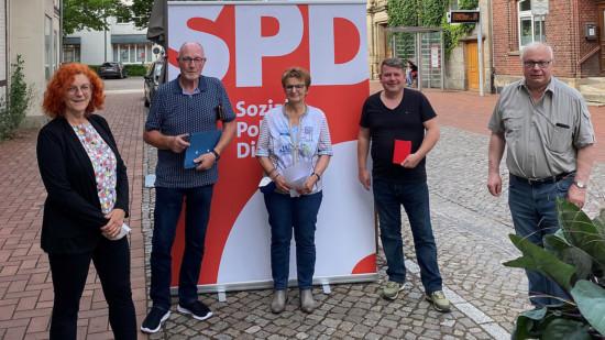Die Ortsratskandidat*innen vor einem SPD-Plakat